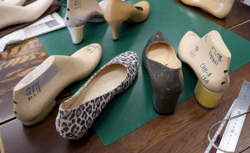 写真:木型にヒールパーツを組合わせたものと、その木型で作られたChochotteの靴(Chloe、Monica、Holly)