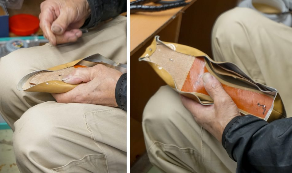 写真:甲革をかぶせた木型を、底を上にして持つ海老原さん
